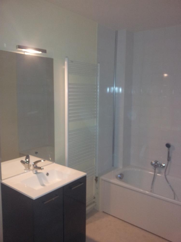 Travaux de peinture et rénovation d'une salle de bain - après travaux